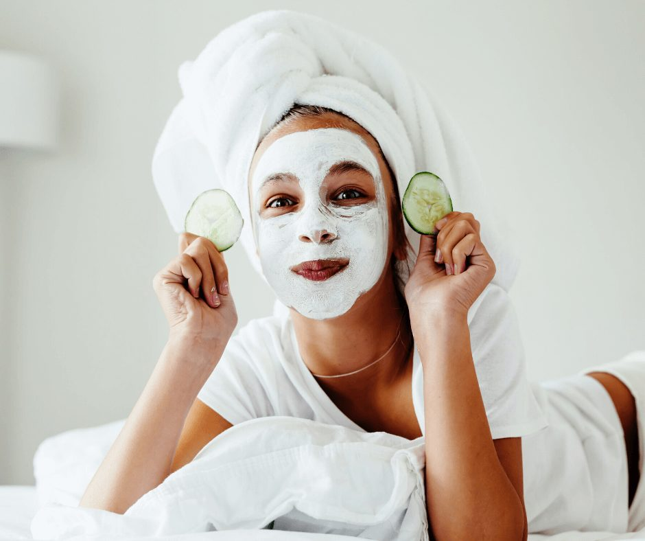 Here is an easy to follow guide about skin Care 101 for Beginners. Having in mind my own struggles when I started out with my skin care obsession, I came up with 3 different skin care routines for you to try, depending on how much time yo want to invest in your routine. From fast and efficient, to more intentional and professional, find here the best options of skincare routine for your busy (or not) schedule.