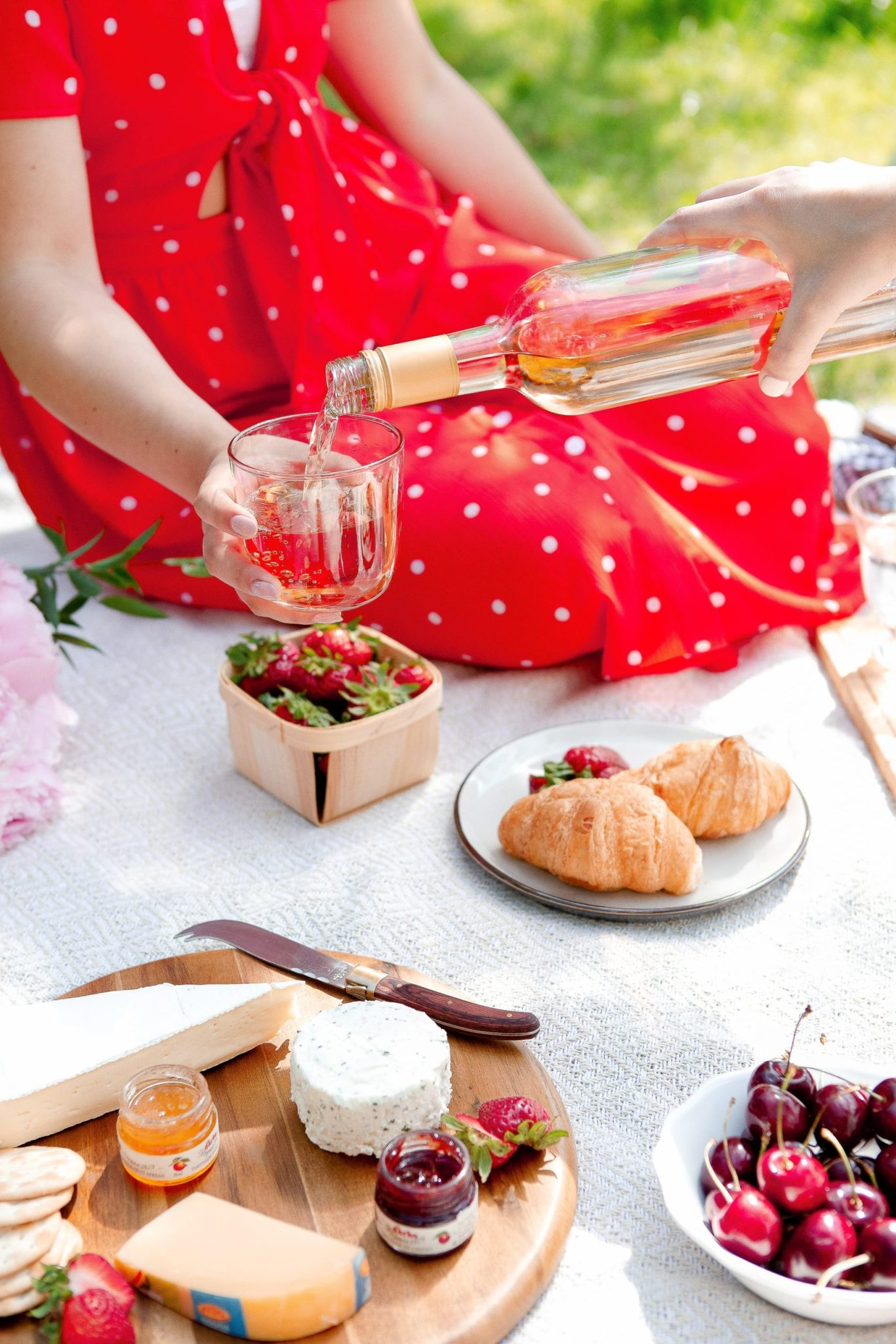 Gourmet picnic ideas for a romantic date, or for an elegant outdoor adult party with friends. Find the best and delicious gourmet food ideas, gourmet sandwiches, and gourmet recipes and fancy picnic food inspiration for healthy garden parties, and how to host an elegant outdoor DIY picnic for adults. #gourmetfoodideas #adultpicnic #picnicfoodideas #picnicparty #gourmetpicnicfood