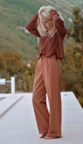 Elegant fall outfits: woman wearing a Camel/burgundy monochromatic outfit for Fall