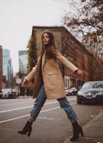 woman wearing a Folded boyfriend jeans with oversized camel blazer