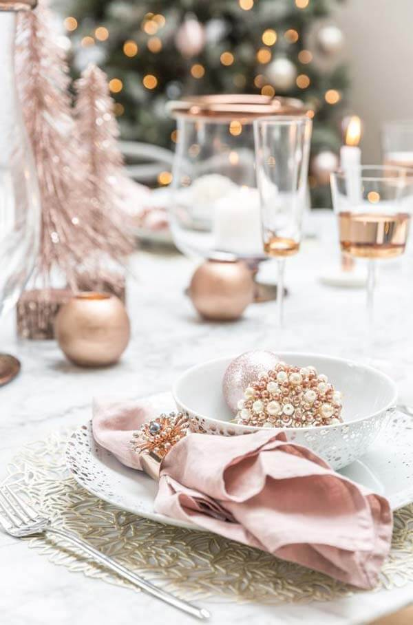 Rose Gold Table Decorations | Want ideas for a themed Christmas decor this year? There is nothing more elegant and feminine that pink gold decor and the sky is the limit when looking for pink gold Christmas decoration. From pink Christmas tree, elegant gold pink Christmas decoration and ornaments, gold pink xmas wreaths, gold pink ideas DIY and the cutest gold pink Christmas decor from the dollar store. #pinkchristmas #pinkgoldchristmas #pinkchristmasdecor #pinkchristmasaesthetic #themedchirstmas